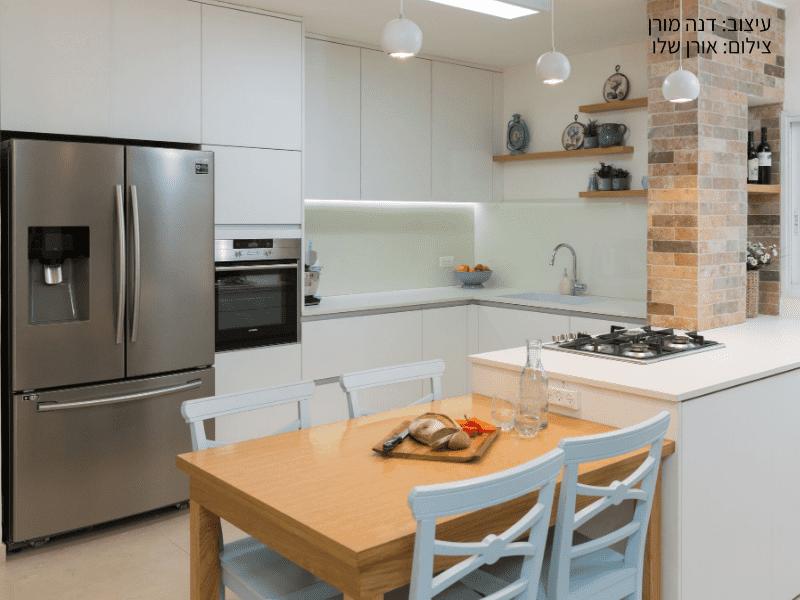 מטבח מעוצב לוח למינם , מקרר ושולחן אוכל