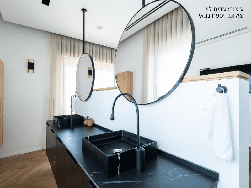 מטבח עם משטח שחור בעיצוב עדית לוי